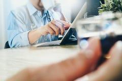 Lag för medicinsk doktor som tar kaffeavbrottet använda den digitala minnestavlan doc Royaltyfri Bild
