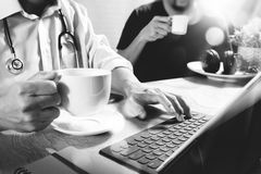 Lag för medicinsk doktor som tar kaffeavbrottet använda den digitala minnestavlan doc Arkivbilder