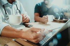 Lag för medicinsk doktor som tar kaffeavbrottet använda den digitala minnestavlan doc Arkivfoton