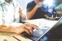 Lag för medicinsk doktor som tar kaffeavbrottet använda den digitala minnestavlan doc Fotografering för Bildbyråer