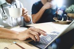 Lag för medicinsk doktor som tar kaffeavbrottet använda den digitala minnestavlan doc Royaltyfria Bilder