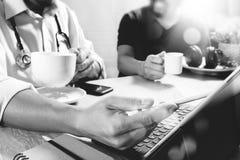 Lag för medicinsk doktor som tar kaffeavbrottet använda den digitala minnestavlan doc Royaltyfri Foto