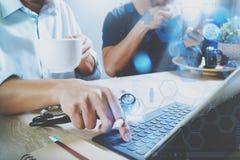 Lag för medicinsk doktor som tar kaffeavbrottet använda den digitala minnestavlan doc Royaltyfri Fotografi