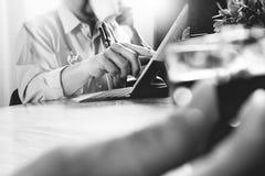Lag för medicinsk doktor som tar kaffeavbrottet använda den digitala minnestavlan doc Royaltyfria Foton