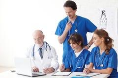 Lag för medicinska doktorer som använder datoren arkivfoton