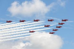 Lag för skärm för Royal Air Force RAF Red Arrows bildande som aerobatic flyger hök T för brittisk rymd 1 strålinstruktörflygplan Royaltyfri Bild