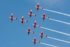 Lag för skärm för Swiss Air styrka som PC-7 flyger Pilatus PC-7 instruktörflygplan arkivfoton