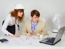 Lag för affärskonstruktionsbransch som ser på bärbar dator Arkivbilder