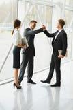 lag för megafon för man för affärskaffelady Lyckad affärspartner som skakar händer i Royaltyfria Bilder
