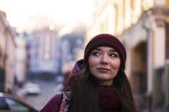 Lag, hatt och halsduk för vinter för lilor för nätt brunettflicka som bärande går vid den europeiska gatan på vintern Royaltyfri Fotografi