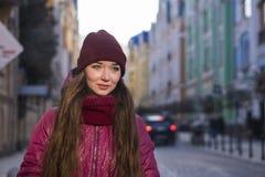Lag, hatt och halsduk för vinter för lilor för nätt brunettflicka som bärande går vid den europeiska gatan på vintern Royaltyfria Foton
