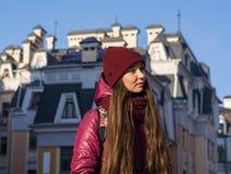 Lag, hatt och halsduk för vinter för lilor för nätt brunettflicka som bärande går vid den europeiska gatan på vintern Arkivbild