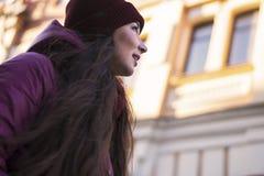 Lag, hatt och halsduk för vinter för lilor för nätt brunettflicka som bärande går vid den europeiska gatan på vintern Låg vinkel Royaltyfri Bild