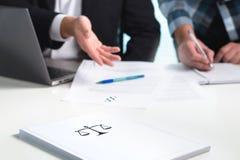 Lag i advokatbyrån som i regeringsställning arbetar Advokater som diskuterar Arkivfoton