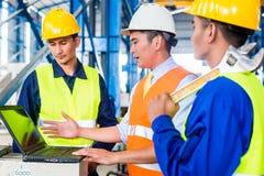 Lag i fabrik på produktionutbildning Royaltyfri Bild