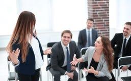 Lag på kontorsmötet, vänlig ledare som diskuterar goda nyheter royaltyfri bild