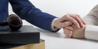 Lag, rådgivning och begrepp för laglig service Advokat och advokat som har lagmöte på advokatbyrån arkivbild