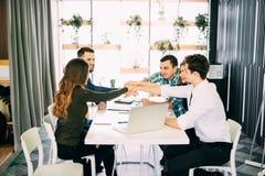 Lag satta händer tillsammans, showanslutning och allians, bästa sikt av den funktionsdugliga tabellen Teambuilding i regeringsstä Arkivbild