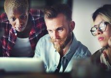 Lag som arbetar på ett startup projekt Arkivbilder
