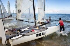 Lag som seglar på för medborgarekatamaran för formel 18 loppet, på Juni 3 2016 i Punta alun, Italien Arkivbild