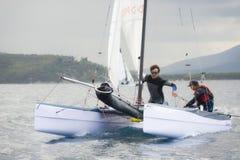 Lag som seglar på för medborgarekatamaran för formel 18 loppet, på Juni 3 2016 i Punta alun, Italien Fotografering för Bildbyråer