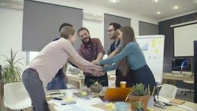 Lag som tillsammans sätter händer och lyfter upp armar lager videofilmer