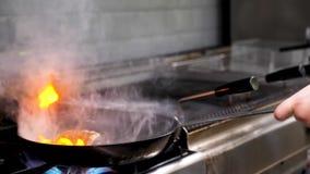 Laga mat att steka ett stycke av kött för andbröst med öppen brand i en panna stock video