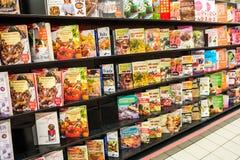 Laga mat böcker på hylla i arkivbokhandel Royaltyfria Foton