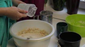 Laga mat bröd hemma arkivfilmer