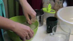 Laga mat bröd hemma stock video