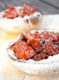 Laga mat champinjonpizzas stoppade med tomater Royaltyfri Bild