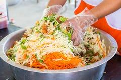 Laga mat den frasiga fiskmawen i kryddig sallad Royaltyfria Bilder