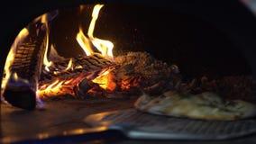 Laga mat den italienska pajen i ugnen stock video