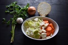 Laga mat den nya grönsaken grönsak för soup för fokusmakro grund Top beskådar Bio sunda matörter och kryddor Organiska grönsaker  Arkivfoton