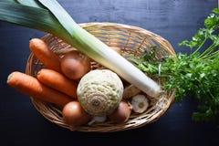 Laga mat den nya grönsaken grönsak för soup för fokusmakro grund Top beskådar Bio sunda matörter och kryddor Organiska grönsaker  Royaltyfria Foton