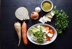 Laga mat den nya grönsaken grönsak för soup för fokusmakro grund Top beskådar Bio sunda matörter och kryddor Organiska grönsaker  Royaltyfri Bild