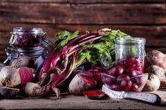 Laga mat den sunda matställen från rödbetor och rovan Arkivfoton