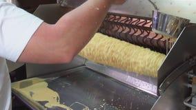 Laga mat den traditionella litauiska kakan på steknålen, selektiv fokus i rörelse lager videofilmer