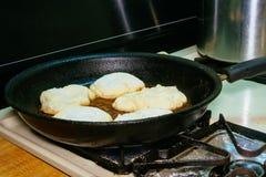 Laga mat djupt stekte köttpajer Arkivfoton
