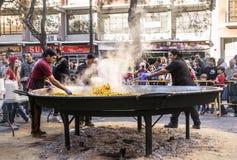 Laga mat en jätte- paella, traditionell Valencian mat Arkivbilder