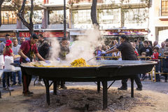 Laga mat en jätte- paella, traditionell Valencian mat Royaltyfria Foton
