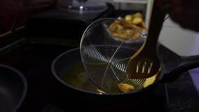 laga mat för pommes frites 4K Potatis in i kokande olja Snabbmat i en restaurang lager videofilmer