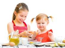 Laga mat för systrar Royaltyfria Foton