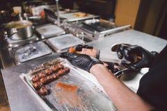 Laga mat för tema täta händer upp E r royaltyfri fotografi