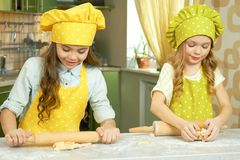Laga mat för två små flickor royaltyfria foton
