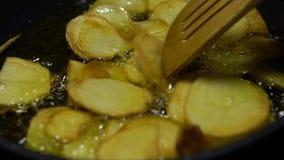Laga mat för ultrarapidpommes frites Potatis som fälls ned in i att koka olja Skjutit i en studio lager videofilmer