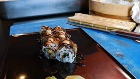 Laga mat g?ra ny och l?cker variation av maki- och nigirisushi stock video