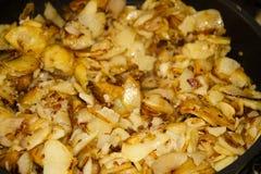 Laga mat grillade potatisar i panna Royaltyfria Bilder