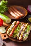 Laga mat grillade varmkorvar med grönsakketchupsenap Royaltyfri Bild