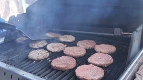 Laga mat hamburgare- och hamburgareflammor Josper grilla kalvköttet för Yaso grisköttnötkött och den fega filén för en partigatam stock video